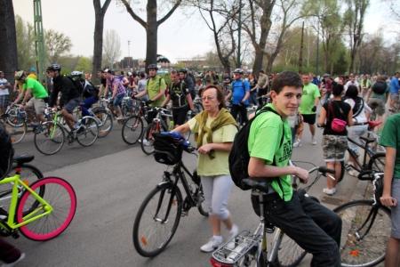 Résztvevők távozna az utolsó Critical Mass biciklis felvonulásról a budapesti Városligetben 2013. április 20-án (Fotó: Mészáros Márton)