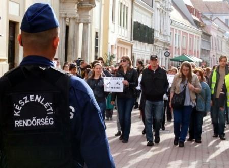 Az erőszak ellen és a közbiztonság javításáért demonstrálnak Pécsett 2013. április 11-én