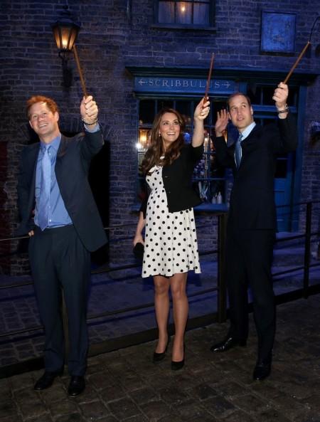 Vilmos cambridge-i herceg és felesége, Katalin hercegnő, valamint Harry herceg a londoni Warner Bros stúdió Harry Potter-díszletében 2013. április 26-án