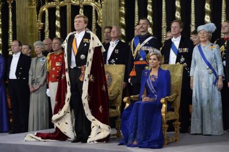 Vilmos Sándor holland király beiktatási ünnepségén feleségével, Maxima királynéval az amszterdami Nieuwe Kerk székesegyházban 2013. április 30-án