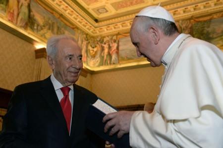 Simon Peresz izraeli elnök és Ferenc pápa a Vatikánban 2013. április 30-án