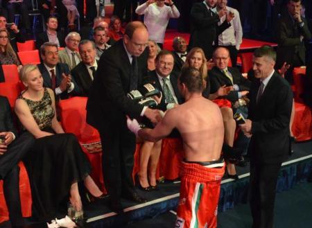 """II. Albert monacói herceg kezet fog Erdei Zsolt világbajnok magyar ökölvívóval a Monte-Carlo millió dolláros szupernégyes"""" elnevezésű minitornán Monte-Carlóban 2013. március 29-én"""