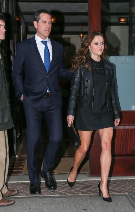 Reese Witherspoon Oscar-díjas amerikai színésznő és férje, Jim Toth elhagyja New York-i szállodájukat 2013. április 21-én