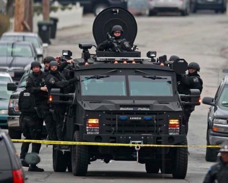 Rendőrségi és katonai hajtóvadászatot indítottak a Massachusetts állambeli Bostonban 2013. április 19-én