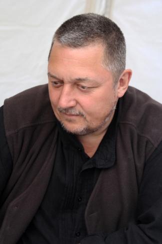 Vidnyánszky Attila, a Nemzeti Színház júliustól kinevezett igazgatója jegyet árul a teátrum jövő évadának első előadására, Tamási Áron Vitéz lélek című művének bemutatójára a Vörösmarty téren 2013. május 26-án. (Fotó: Mészáros Márton)