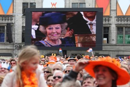 Beatrix lemondott holland királynő fia, Vilmos Sándor király beiktatási ünnepségén Amszterdam utcáin 2013. április 30-án