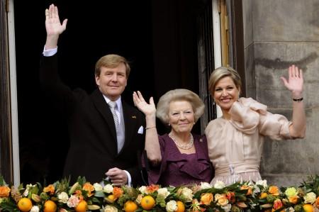 Vilmos Sándor holland király édesanyja, Beatrix királynő és felesége, Maxima királyné az amszterdami királyi palota erkélyén 2013. április 30-án