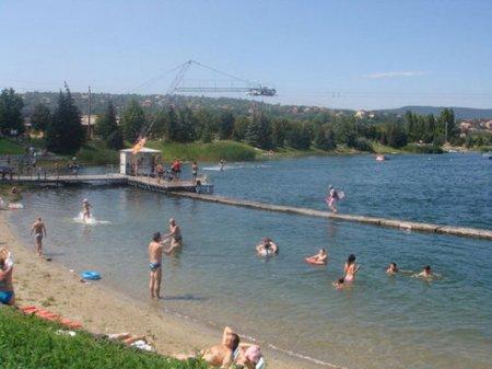 Fürdőzők a Budakalászon található Omszki-tóban
