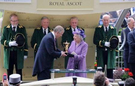 II. Erzsébet brit királynő átveszi az Arany-kupát az ascoti derbin 2013. június 20-án