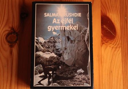 Salman Rushdie Az éjfél gyermekei című kötete, amelyet most sikerült megvennem (Fotó: Mészáros Márton, 2013. június 3.)