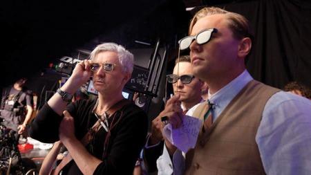 Baz Luhrmann rendező és Tobey Maquire és Leonardo DiCaprio színészek 3D-s szemüvegben A nagy Gatsby forgatásán