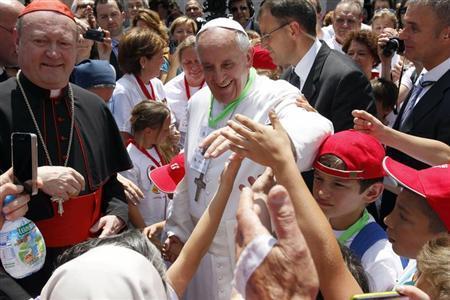 Ferenc pápa a pápai vasútállomáson gyerekek gyűrűjében 2013. június 23-án