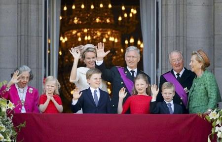 Fülöp új belga király és felesége, Matild királyné, az uralkodó szülei, II. Albert lemondott király és Paola királyné, valamint Fülöp gyermekei, és nagynénje, Fabiola királyné a brüsszeli királyi palota erkélyén 2013. július 21-én, miután Fülöp trónra lépett