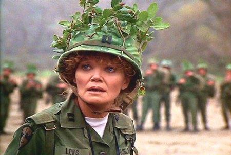 Eileen Brennan amerikai színésznő a Benjamin közlegény című film egyik jelenetében