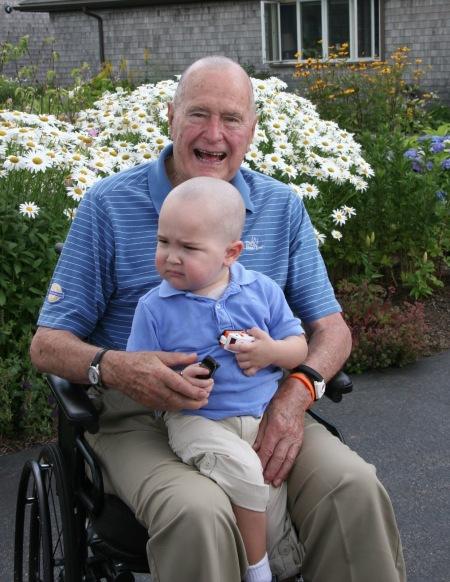George H. W. Bush amerikai elnök egy kétéves kisfiúval Maine állambeli nyaralójában, Kennenbunportban 2013. július 25-én