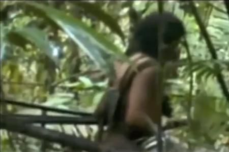 A civilizálatlan brazil kawahiva törzs egyik tagja a videófelvételen (2013.08.15.)