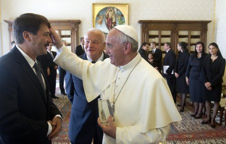 Ferenc pápa megáldja Áder János köztársasági elnököt a Vatikánban 2013. szeptember 20-án