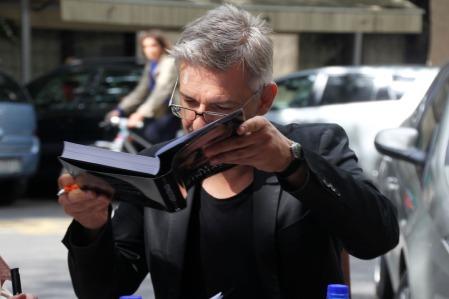 Alföldi Róbert rendező, színművész dedikálja az Alföldi Színháza című kötetet a budapesti Láng Téka könyvesbolt előtt 2013. szeptember 12-én (Fotó: Mészáros Márton)