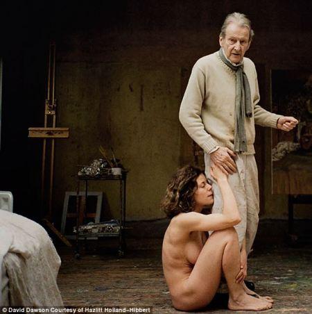 Lucian Freud brit festőművész (1922-2011) fiatal szeretőjével, Alexi Williams-Wynnnel