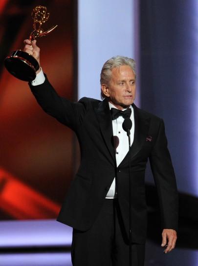 Michael Douglas amerikai színész a minisorozat/tévéfilm kategória legjobb férfi színészének odaítélt kitüntetésével az Emmy-díjak 65. átadási ünnepségén Los Angelesben 2013. szeptember 22-én