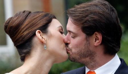 Felix luxemburgi herceg megcsókolja feleségét, Claire hercegnőt polgári esküvőjük után 2013. szeptember 17-én
