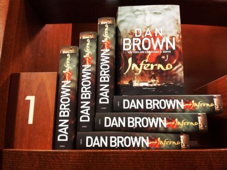 Dan Brown amerikai szerző Inferno című könyve sorakoznak az Alexandra könyvesbolt polcán Budapesten 2013. szeptember 19-én (Fotó: Mészáros Márton)