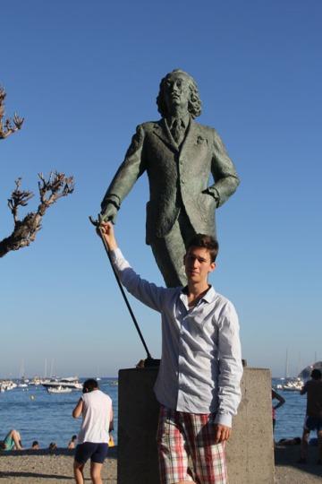 Salvador Dalí szobra előtt Cadaquesben (Fotó: Mészáros Márton)