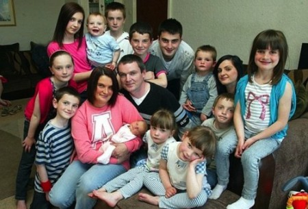 Sue és Noel Redford tizenhat gyermekükkel