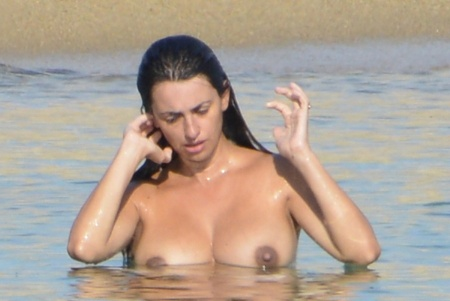 Penélope Cruz Oscar-díjas spanyol színésznő a tengerben Korzikán 2013. szeptember 11-én