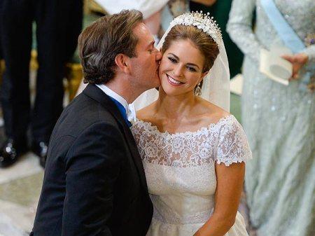 Madeleine svéd hercegnőt férje csókolja arcon esküvőjükön Stockholmban 2013. június 8-án