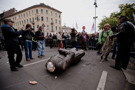 Orbán Viktor miniszterelnök dekorációs anyagból, az alkalomra készített, majd széttört szobra a Magyar Szolidaritási Mozgalom demonstrálói 2013. szeptember 29-én