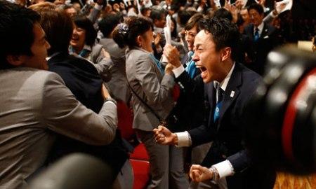 Ujjongó japán férfi, miután a NOB-közgyűlésen bejelentették, hogy Japánban rendezik meg a 2020-as olimpiai játékokat