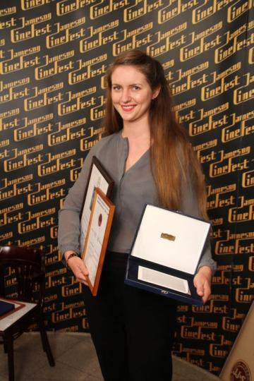 Anna Wübber német díszlettervező a Torre tánca című film elismeréseivel a 10. Miskolci Nemzetközi Filmfesztiválon 2013. szeptember 21-én (Fotó: Mészáros Márton)