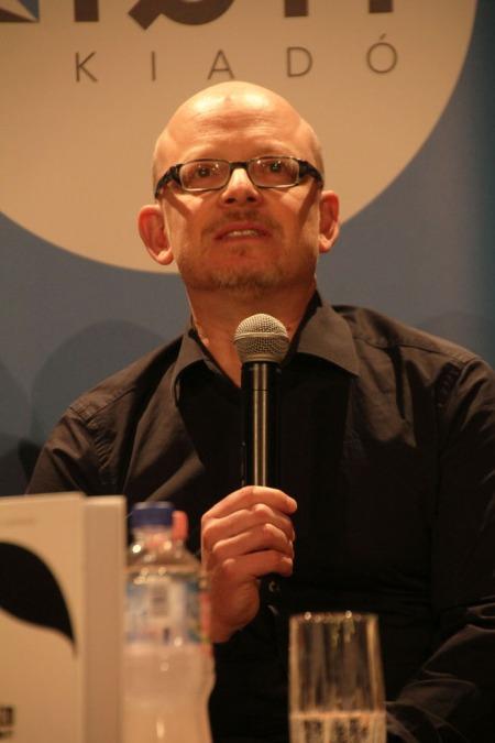 A több mint 1 millió példányban eladott Nézd ki van itt című könyv szerzőjével, Timur Vermes német író Budapesten 2013. szeptember 12-én