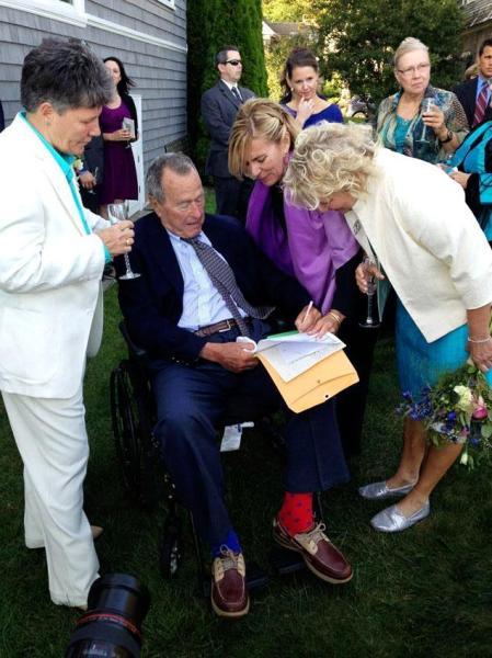George H. W. Bush volt amerikai elnök barátai esküvőjén Maine államban 2013. szeptember 22-én