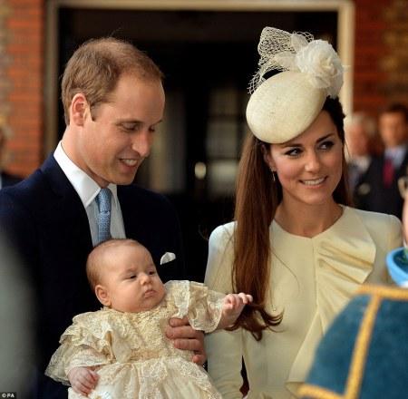 Vilmos herceg és Katalin hercegnő gyermeküket, György herceget viszik keresztelőjére a londoni St. James-palota királyi kápolnájába 2013. október 23-án