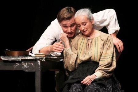 Trill Zsolt és Nagy Anna a Vitéz lélek című előadásban a Nemzeti Színház színpadán