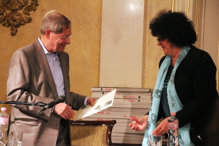 Nádas Péter író és E. Csorba Csilla kezet fog a Petőfi Irodalmi Múzeum ünnepségén 2013. október 16-án (Fotó: Mészáros Márton)