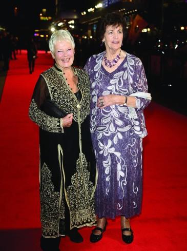 Judi Dench brit színésznő és Philomena Lee a Philomena című film premierjén a londoni filmfesztiválon 2013. október 16-án