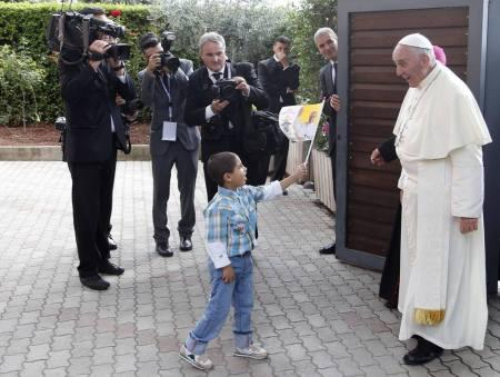 Ferenc pápa egy kisgyermekkel találkozik 2013 szeptemberében