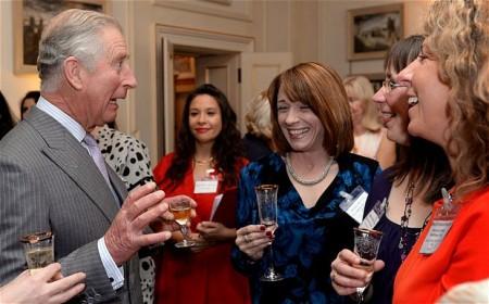 Károly walesi herceg és egészségügyi dolgozók a londoni Clarence House-ban 2013. október 28-án