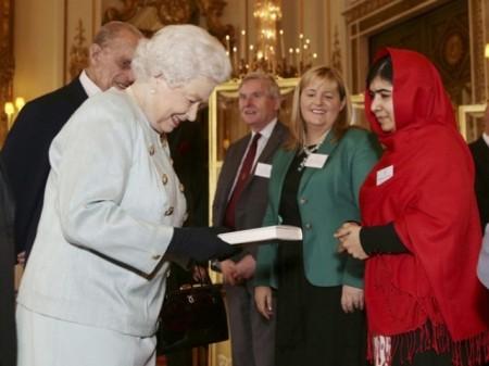 II. Erzsébet brit királynő és Malala Juszufzai, a tálibok által életveszélyesen megsebesített nőjogi aktivistalány a Buckingham-palotában 2013. október 18-án