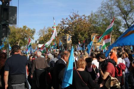A Székelyek nagy menetelése elnevezésű erdélyi rendezvénnyel egy időben megrendezésre kerülő budapesti demonstráció a román nagykövetség előtt 2013. október 27-én (Fotó: Mészáros Márton)