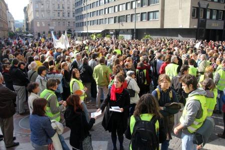 A Hívatlanul Facebook-csoport Őszi nagytakarítás az oktatásban! címmel a pedagógusok világnapján megrendezett demonstrációjának résztvevői a belvárosi Nádor utcában 2013. október 5-én (Fotó: Mészáros Márton)