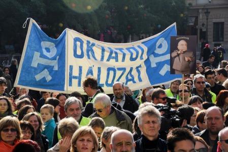 Az Őszi nagytakarítás az oktatásban! címmel a pedagógusok világnapján megrendezett demonstrációjának résztvevői a Szent István-bazilika előtt 2013. október 5-én (Fotó: Mészáros Márton)