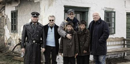 A nagy füzet című film forgatásán készült felvétel (középen Szász János rendező a főszereplő Gyémánt-ikrekkel)