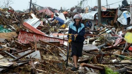 A Haiyan tájfun által okozott pusztítás nyomai a Fülöp-szigeteken 2013. november 10-én