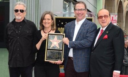 Kris Kristofferson amerikai countrysztár, a néhai sztár testvérei és Clive Davis producer Janis Joplin amerikai énekesnő nevét viselő csillag avatásán a hollywoodi Hírességek sétányán 2013. november 4-én