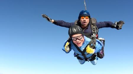 A 100. születésnapját ünneplő Vernon Maynardot és egy hivatalos tandemejtőernyőző a levegőben 2013. november 4-én
