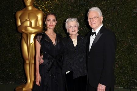 Angelina Jolie amerikai színésznő, Angela Lansbury brit színésznő és Steve Martin amerikai színész a tiszteletbeli Oscar-díj kitüntetettjei a díjátadón Los Angelesben 2013. november 16-án